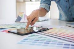 Grafico creativo di creatività che lavora con la tavola dei grafici Fotografia Stock Libera da Diritti