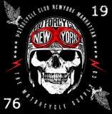 Grafico d'annata del T dell'emblema del cranio del motociclista royalty illustrazione gratis