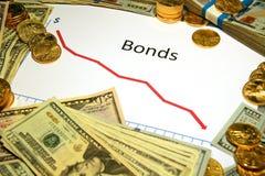 Grafico dei legami che cadono con i soldi e l'oro Immagine Stock