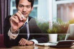 Grafico del grafico di crescita di scrittura dell'uomo di affari Fotografia Stock Libera da Diritti