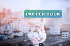 Grafico del touch screen della mano dell'uomo d'affari su PAGA PER CLIC fotografia stock libera da diritti