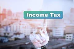Grafico del touch screen della mano dell'uomo d'affari sull'imposta sul reddito fotografie stock libere da diritti