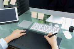 Grafico della donna di affari che lavora nell'ufficio facendo uso della compressa Fotografia Stock Libera da Diritti