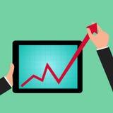 Grafico della tenuta dell'uomo d'affari a crescere dallo schermo della compressa Fotografia Stock