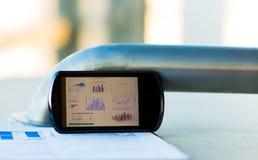 Grafico di affari con lo Smart Phone Immagini Stock Libere da Diritti
