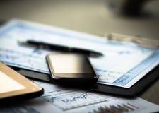 Grafico di affari con lo Smart Phone Fotografia Stock Libera da Diritti