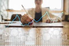 Grafico di analisi dei dati sullo schermo virtuale Finanza di affari e concetto di tecnologia illustrazione di stock