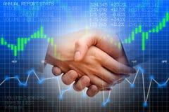 Grafico di borsa valori con la stretta di mano che suggerisce un affare Immagini Stock
