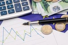 Grafico di corsi di borsa con le euro fatture Immagine Stock