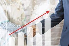 Grafico di crescita di affare della stretta di mano di affari L'uomo d'affari stringe le mani con medico che stringe le mani Immagini Stock Libere da Diritti
