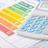 Grafico di rendimento energetico e calcolatore - colpo alto vicino Fotografie Stock Libere da Diritti