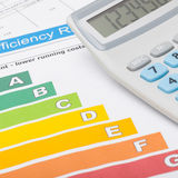 Grafico di rendimento energetico e calcolatore ordinato - colpo alto vicino Fotografia Stock