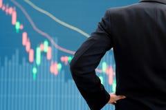 Grafico di sorveglianza del mercato azionario dell'uomo d'affari Fotografie Stock