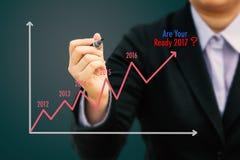 Grafico di stima di scrittura dell'uomo d'affari per gli anni 2017 & x28; Tone& pastello x29; Fotografia Stock