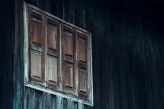 Grafico di vecchia casa con stile di legno delle finestre di legno e della parete vecchio, Fotografia Stock
