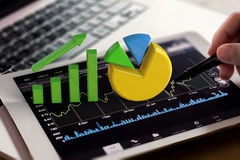 Grafico e diagramma a torta di crescita sulla compressa digitale Immagine Stock