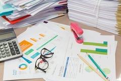 Grafico e lavoro di ufficio di analisi Immagine Stock
