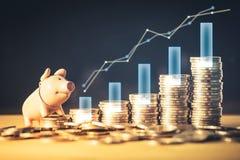 Grafico e porcellino salvadanaio di risparmio dei soldi o del fondo di magazzino sulle monete Fondo per le idee e la progettazion fotografia stock