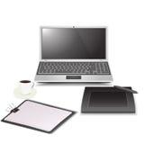 Spazio di lavoro (penna del caffè del computer portatile e carta grafiche della lavagna per appunti) Immagini Stock