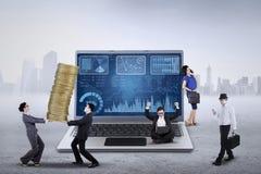 Grafico finanziario ed imprenditori occupati Fotografie Stock