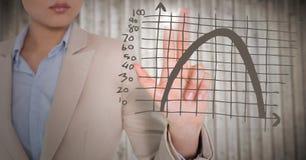 Grafico marrone commovente della metà di sezione della donna di affari con il chiarore contro il pannello di legno confuso Fotografia Stock Libera da Diritti
