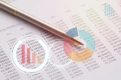 grafico, penna su finanza di carta, conto e concetto di attività bancarie Fotografie Stock Libere da Diritti