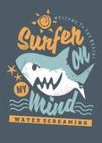 Grafico praticante il surfing della maglietta con lo squalo del fumetto illustrazione vettoriale