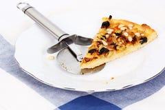 Grafico a torta casalingo con le cipolle formaggio e i nutlets del cedro Immagine Stock