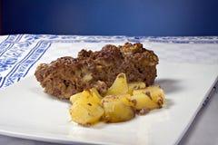Grafico a torta cotto della carne con le patate Fotografia Stock Libera da Diritti