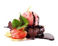 Grafico a torta del cioccolato con il gelato delle bacche Fotografie Stock Libere da Diritti
