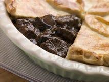 Grafico a torta della birra inglese e della bistecca con la breve pasticceria della crosta Fotografia Stock