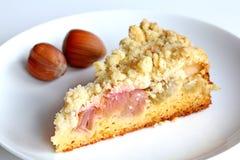 Grafico a torta della briciola del rabarbaro con le nocciole Fotografie Stock
