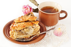 Grafico a torta della pera e del Apple con una tazza di tè Fotografia Stock