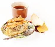 Grafico a torta della pera e del Apple con una tazza di tè Fotografie Stock