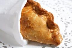 Grafico a torta di carne spostato del patè della Cornovaglia sul doiley immagine stock libera da diritti