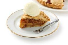 Grafico a torta di mela casalingo con il gelato Fotografie Stock Libere da Diritti
