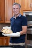 Grafico a torta di mela dai capelli grigio della holding dell'uomo Fotografia Stock Libera da Diritti