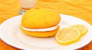 Grafico a torta di Whoopie aromatizzato limone sulla zolla Immagine Stock Libera da Diritti