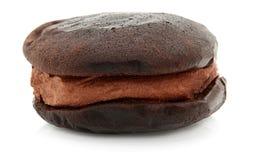 Grafico a torta di Whoopie del cioccolato su bianco Fotografia Stock