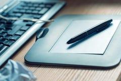 Graficzna pastylka i ołówek na biurowym biurku Zdjęcia Stock