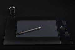 Graficzna pastylka, pióro i stojak dla stalówek na czarnym tle Obraz Stock