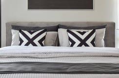 Graficzne patern poduszki z nowożytną pościelą Fotografia Stock