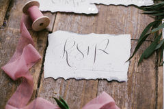 Graficzne sztuki piękne ślubne kaligrafii karty z różowymi szyfonowymi bobinami Obrazy Stock