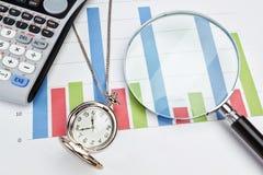 Graficzni statystyki biznesmena akcesoria. Fotografia Royalty Free