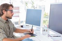 Graficzny artysta używa grafiki pastylkę Zdjęcia Royalty Free