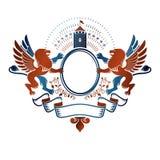 Graficzny oskrzydlony emblemat z Odważnym lwa królewiątkiem i średniowiecznym kasztelem Zdjęcia Stock