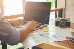 Graficzny projekt, kolorów pióra na biurku i swatches i Architectu Fotografia Royalty Free