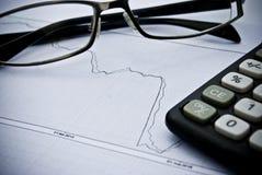 Grafiek, calculator, glazen als financieel concept van de voorraadanalyse Royalty-vrije Stock Foto's