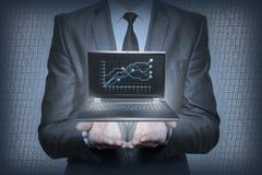 Grafiek in de handen van zakenlieden stock foto's