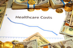 Grafiek die van gezondheidszorg neer met geld en goud vallen Stock Afbeeldingen